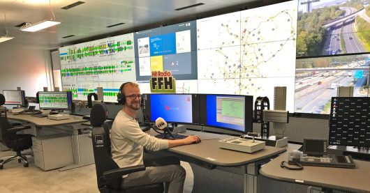 Nils Grunwald in der neuen Verkehrsleitzentrale (Bild: HIT RADIO FFH)