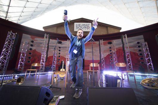 Achim Bogdahn moderiert das Heimatsound-Festival (Bild: BR/Markus Konvalin)