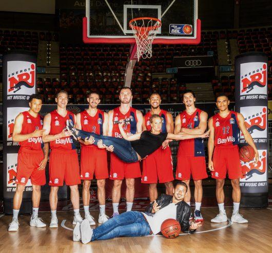 Sunny Lorff und Armin Münch mit Spielern des FC Bayern Basketball (Bild: ENERGY)