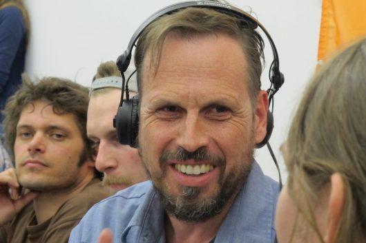 Achim Bogdahn moderiert die Live Sendung Zündfunk (Bild: Stadtwerke/BR)