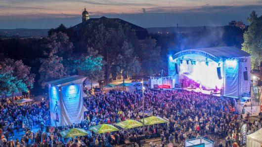 Die NDR 2 City Stage auf dem Albaniplatz (Bild: ©Axel Herzig)