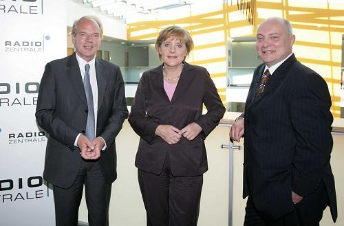 Initiator Lutz Kuckuck, Radiozentrale, Unions-Kanzlerkandidatin Angela Merkel und Moderator Thomas Koschwitz im Gespräch (v.l.n.r.). (obs/RADIOZENTRALE GmbH)