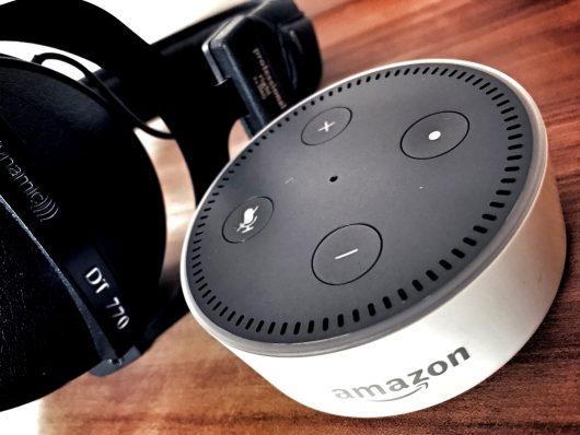 Kopfhoerer mit Amazon-Echo (Bild: ©Hans Oberberger)