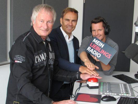 Funkhaus-Geschäftsführer Alexander Koller startet MEIN LIEBLINGSRADIO zusammen mit Sigi Hoga (links) und Florian Kerscher (rechts). (Bild: ©Funkhaus Nürnberg)