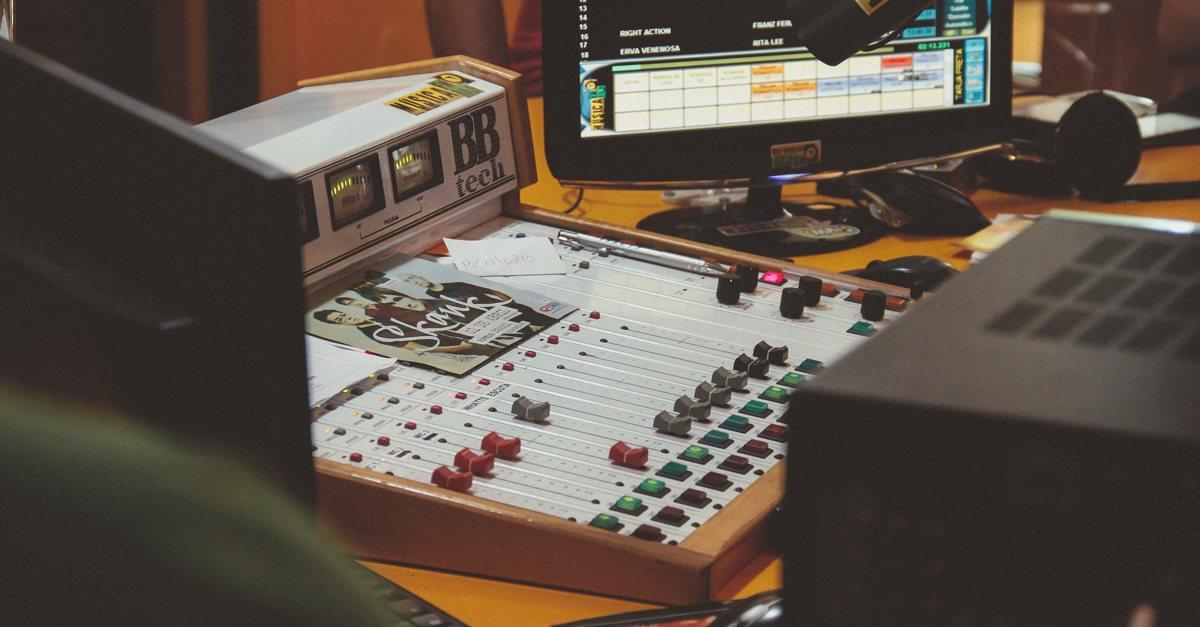 Mischpult-Radiostudio-Mikrofon