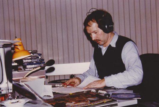 Radiolegende Jürgen Herrmann bei der Moderation im Sendekomplex 3 im BR Funkhaus in den 1980er Jahren (Bild: privat)