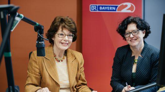 Dr. Marianne Koch und Redakteurin Ulrike Ostner im Notizbuch auf Bayern 2 (Bild: ©Julia Müller)