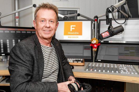 Helmer Litzke im Studio des RTL Radio Center Berlin (Bild: ©Kevin-Schünemann/RTL Radio)