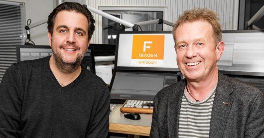 """Bastian Pastewka im """"FRAGEN WIR DOCH!""""-Studio im RTL Radio Center Berlin bei Helmer Litzke (Bild: ©Kevin-Schünemann/RTL Radio)"""
