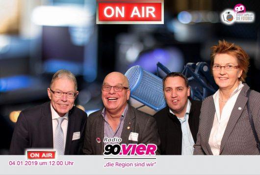 Der Landrat des Landkreises Oldenburg Carsten Harings mit Jürgen R. Grobbin, Dirk Laue und der Bundestagsabgeordneten Susanne Mittag (Bild: Radio 90.vier)