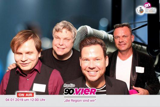 Auch sie freuten sich, dass es endlich losging – die Moderatoren Sven Thiele, Ralf Hohn, Martin Scholz und Stephan Korte (Bild: ©Radio 90.vier)