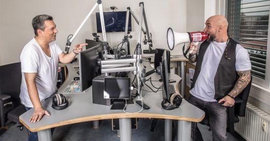 """BB RADIO-Moderator Marcus Kaiser (l.) und """"Tattoo""""Krause (r.) (Bild: obs/BB RADIO)"""