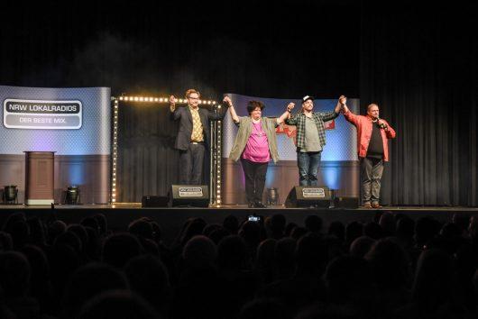 Comedy Camp Tour 2018 in Olsberg (v.l.n.r.: Paul Panzer, Ingrid Kühne und Benjamin Tomkins und Gastgeber Jürgen Bangert) (Bild: ©radio NRW)