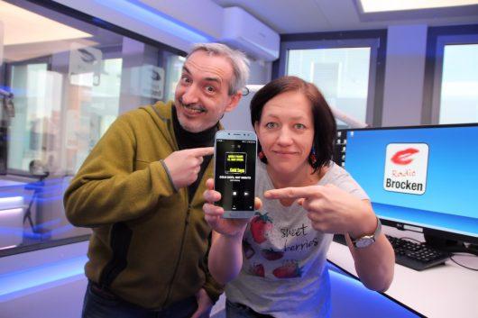 Die Radio Brocken Morgenshow-Moderatoren Amrei Gericke und Tilo Liebsch haben den SWOP schon fleißig getestet und sind begeistert. (Bild: © Funkhaus Halle)