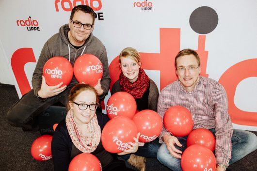 Glücklich über die Rekordquote: das Radio LippeFrühteam die Vier von hier. v.l.n.r. (hinten) Tim Schmutzer, Pia Schlegel, Mara Wedertz, Matthias Lehmann (Foto: Radio Lippe)