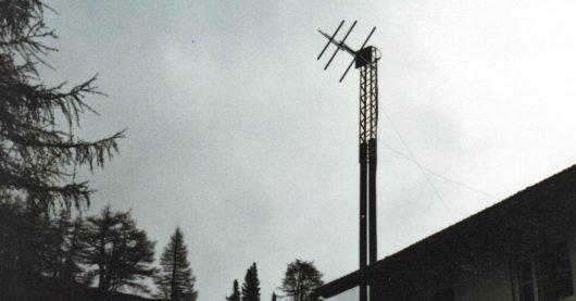 Die Sendeantenne von Radio Eisack an der Enzianhütte/Zirog. Von dieser Antenne empfingen Jürgen und Jo auf der UKW-Frequenz 102,8 MHz Radio Eisack in München - die Sendeleistung betrug ca. 300 Watt. (Bild: ©Jürgen von Wedel)