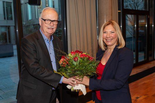Klaus Sondergeld gratuliert Yvette Gerner (Bild: © Radio Bremen/Matthias Hornung)