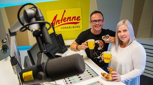 Martin Veith und Sandra vom ANTENNE VORARLBERG Frühstücksradio im Studio (Bild: ©ANTENNE VORARLBERG)