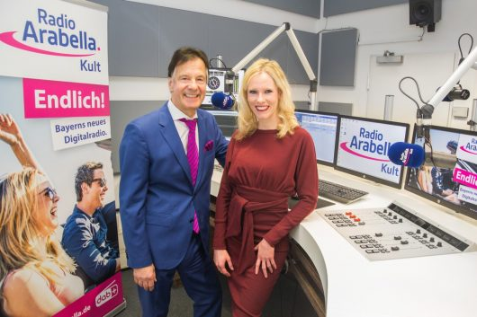 Roland Schindzielorz (Geschäftsführer) und Franziska Strobl (Programmleitung) (Bild: ©Radio Arabella)