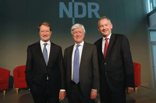 Ulrich Wilhelm, BBC Generaldirektor Tony Hall und NDR Intendant Lutz Marmor (Bild: ©NDR/Morris Mac Matzen)