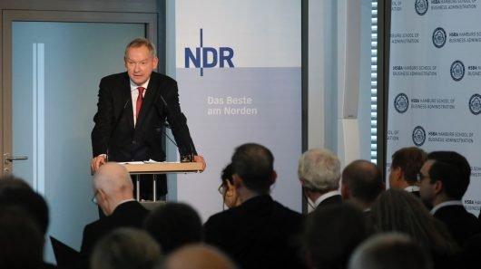 NDR Intendant Lutz Marmor begrüßte die Teilnehmenden (Bild: ©NDR/Morris Mac Matzen)