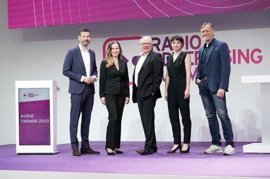 Tagesmoderatorin Nina Sonnenberg mit Grit Leithäuser (Radiozentrale), Lutz Kuckuck (Radiozentrale), Oliver Adrian (AS&S Radio) und Matthias Wahl (RMS) (Bild: ©Radiozentrale)