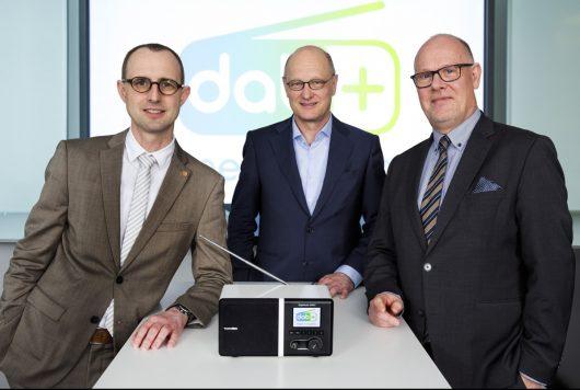 Dirk Schrödter (Chef der Staatskanzlei Schleswig-Holstein), Joachim Knuth (NDR Programmdirektor Hörfunk) und Prof. Dr. Wolfgang Bauchrowitz (stellvertretender Direktor MA HSH) bei der Unterzeichnung der gemeinsamen Vereinbarung (Bild: MA HSH)