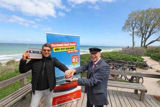 Schlagerstar Wolfgang Ziegler und der amtierende Bürgermeister von Ahrenshoop, Hans Götze, drücken den roten Knopf zum Sendestart von radio B2 Deutschlands Schlager-Radio (Bild: ©arguseye)