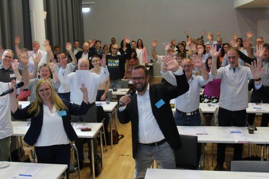 Moderatoren Colleen Sanders und Thorsten Kabitz mit den Teilnehmer*innen des Medientreffs (Bild: ©Philipp Kania)