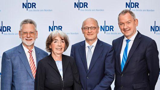 Ulf Birch (Vorsitzender NDR Verwaltungsrat), Dr. Cornelia Nenz (Vorsitzende NDR Rundfunkrat), Joachim Knuth (zukünftiger NDR Intendant) und Lutz Marmor (aktueller NDR Intendant) / (Bild: © NDR/Hendrik Lüders)