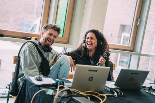 Bremen NEXT-Moderatoren Pit Kröger und June Koch (Bild: ©Radio Bremen/Patrick Schulze)