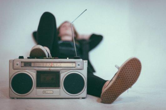 Deutschrap im Radio ist eine Seltenheit. Aus guten Gründen oder eher zu Unrecht? (Bild: Abbildung 1: unsplash.com © Eric Nopanen)