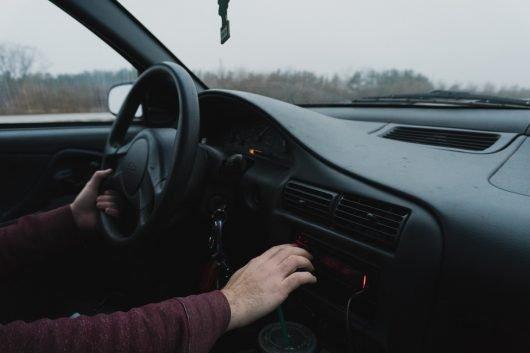 Läuft harter Rap, wird im Radio umgeschaltet – so die Befürchtung vieler Privatsender. Dabei könnten Radiohörer sich an das Genre gewöhnen. (Bild: ©Courtney Corlew/unsplash.com)