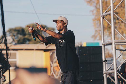 Rapper wie Travis Scott laufen im englischsprachigen Radio rauf und runter. In Deutschland hat Rap einen ganz anderen Status. (Bild: ©Joel Muniz/unsplash.com)