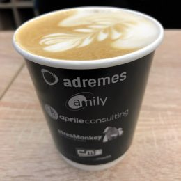 Kaffeepause beim adremes-streamMonkey-Connecting-media-Stand (Bild: ©Ulrich Köring)