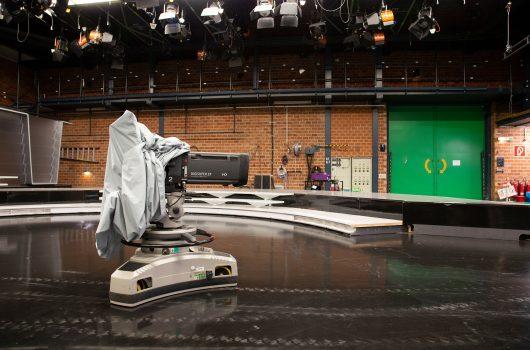 Leeres SWR Fernseh-Studio mit Kamera. (Bild: © SWR/Thorsten Hein)