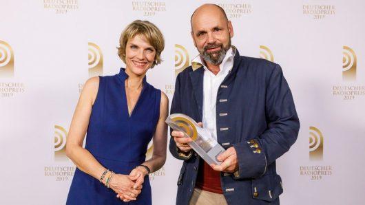 Holger Senzel mit Laudatorin Marietta Slomka (Bild: ©Deutscher Radiopreis)