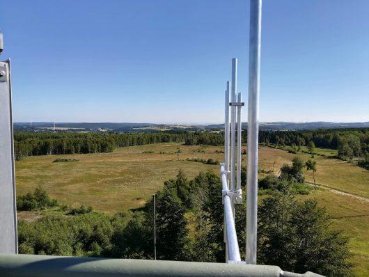Blick vom Funkturm mit Antenne ueber das Sendegebiet (Bild: ©Eifeler Radiotage)