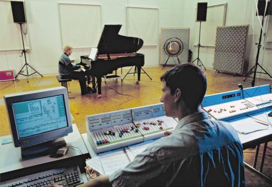 Junge Musiker arbeiten im Experimentalstudio im SWR-Studio Freiburg. (Bild: ©SWR/Hollenbach)