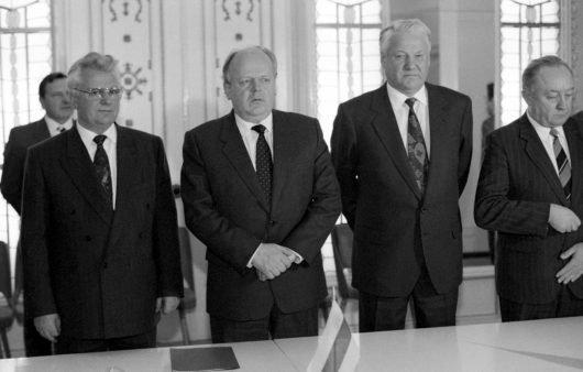 Am 8. Dezember 1991 unterzeichneten Boris Jelzin (2. von rechts), Leonid Krawtschuk (links) und Stanislaw Schuschkewitsch (Mitte), den sogenannten Vertrag von Minsk bzw. die Vereinbarungen von Beloweschskaja Puschtscha. (Foto: RIA Novosti archive, image #52076 / Yuriy Ivanov / CC-BY-SA 3.0)