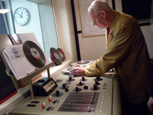 Techniker Wolfgang Mueller am Tonbandgeraet (Bild: ©Eifeler Radiotage)