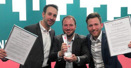 roße Freude über den NRW-Hörfunkpreis bei Chefredakteur Timo Fratz (l.), Sebastian Wiese (M.) und Timo Teichler (r.). (Bild: Radio Bielefeld)