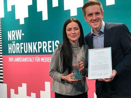 Große Freude über den NRW-Hörfunkpreis bei Sinah Donhauser (l.) und Tobias Fenneker (r.) (Bild: ©Radio Hochstift)