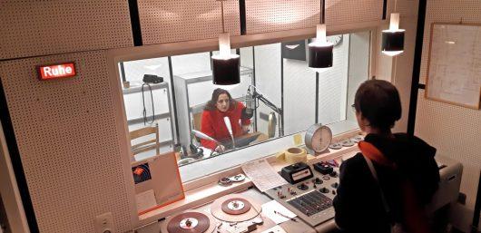 Susan Zare am Mikrofon, Stefan Eberthaeuser in Regie (Bild: ©Eifeler Radiotage / Daniel Kähler)