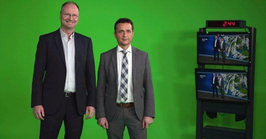 Sven Plöger und Donald Bäcker im neuen ARD-Wetterstudio in Frankfurt (Bild: ©hr/Elisa Ellenberger)
