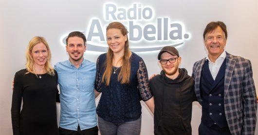 Franziska Strobl, Max Eckart, Chantal Martin, Martin Bruckmeier, Geschäftsführer Roland Schindzielorz (Bild: ©Radio Arabella)