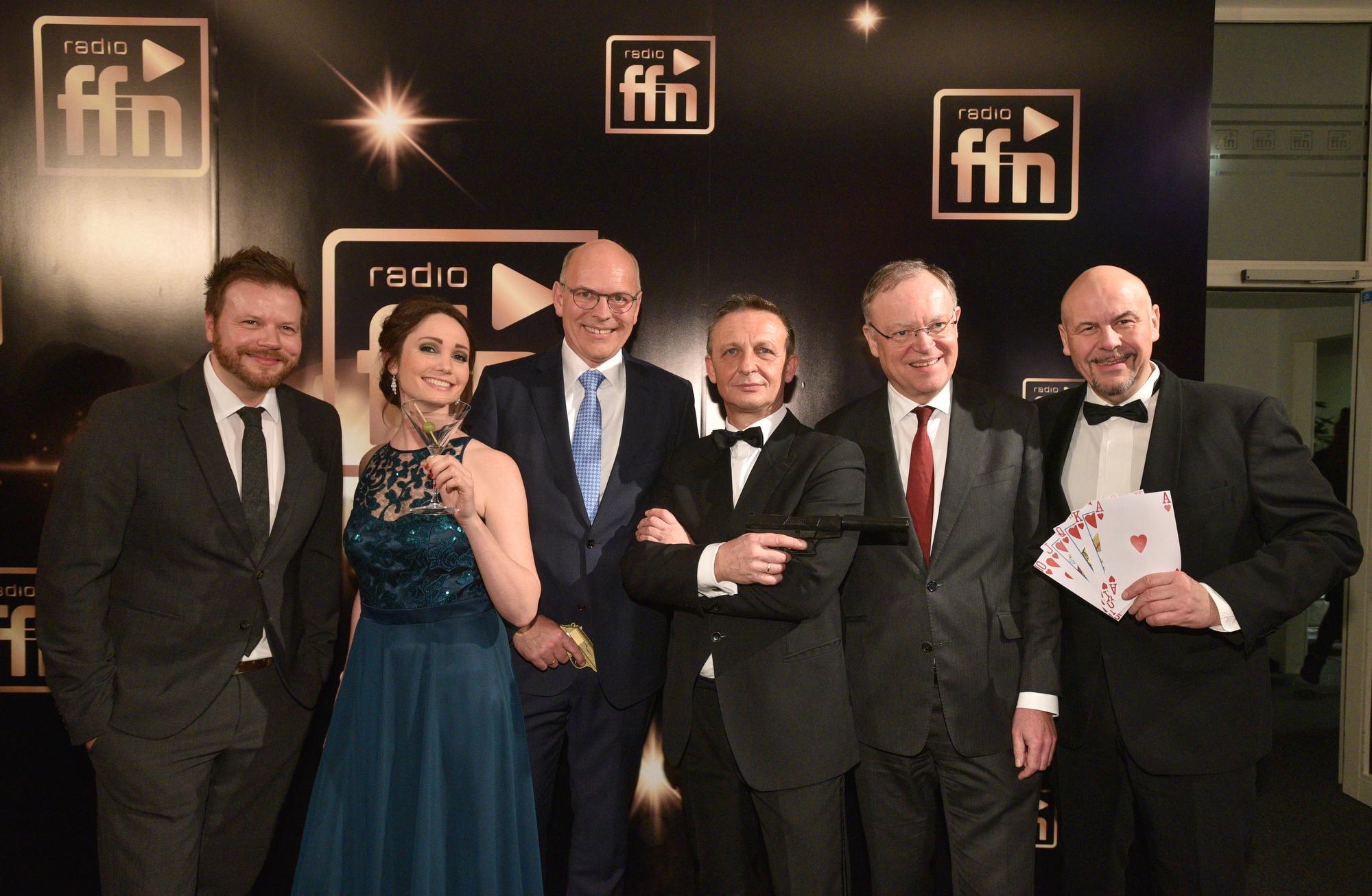 Jens Küffner, ffn Programmdirektor; Dany Füg, ffn-Moderatorin; Harald Gehrung ffn-Geschäftsführer; James Bond; Stephan Weil, Nds. Ministerpräsident; ffn Morgenmän Franky (Bild: ©ARP/SCHEFFE)