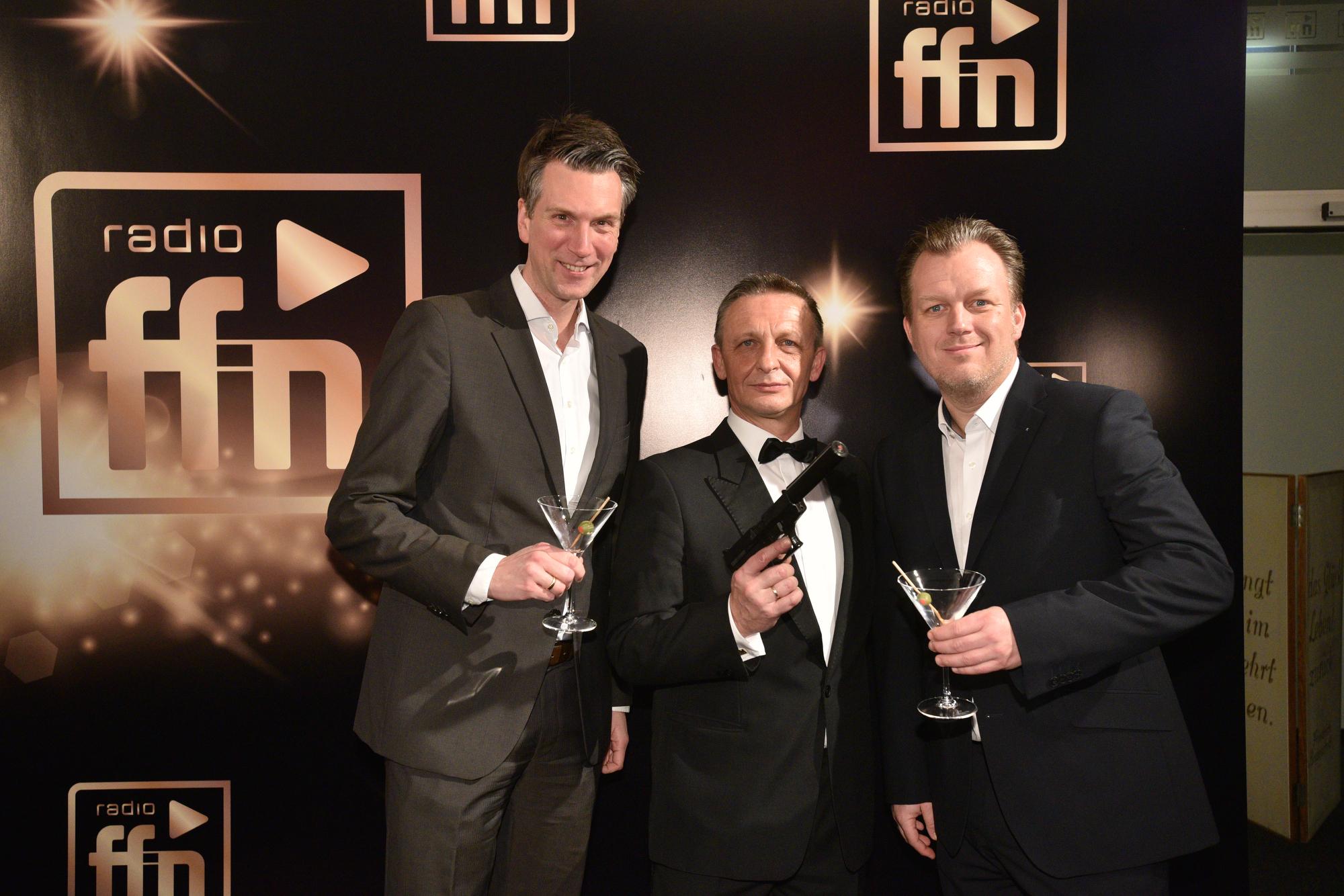 Tobias Lammert; WDR Geschäftsbereichsleitung Marketing & Vertrieb; James Bond; Christian Schröder, WDR Verkaufsleiter (Bild: ©ARP/SCHEFFE)