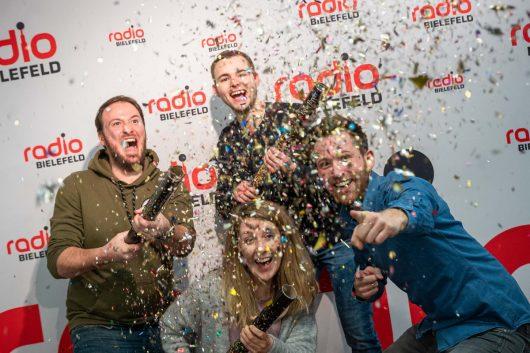 Zünden die Konfettikanone: Radio Bielefeld Frühaufsteher Sebastian Wiese (h.v.l.), Jonas Becker, Annika Pott (v.l.) und Timo Teichler (Bild: ©Radio Bielefeld)