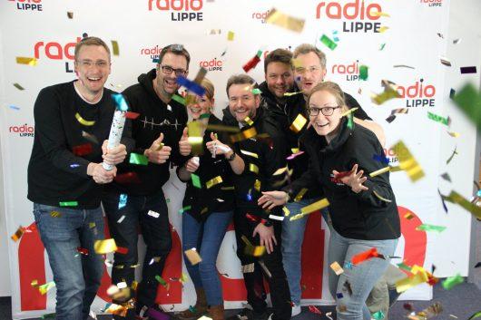 Große Freude: Bei GUTEN MORGEN LIPPE mit Mara (Bildmitte) und Tim (zweiter von links) freut sich das ganze Team über die neuesten Einschaltquoten. (Bild: ©Radio Lippe)